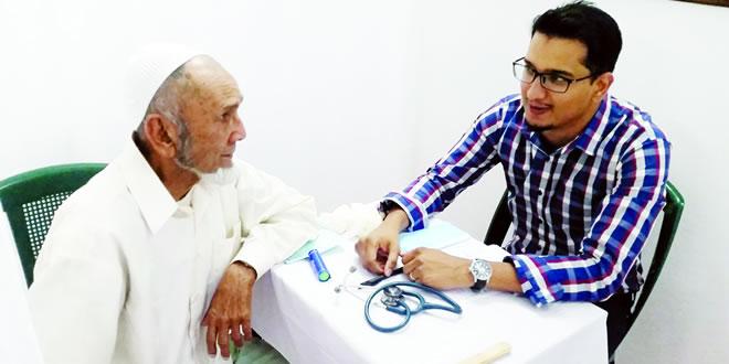 Anooar Khan Juhoor, 90 ans (à g.): «Allah donne zote couraz pour faire bane travail coume ca, dans nous lepok pas ti enan sa.»