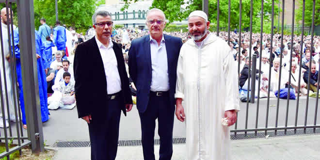 Le maire de la ville entrant dans la mosquée