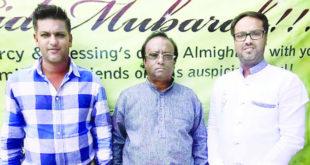 Les frère Feroz Khan et Bahim Khan entourant leur père