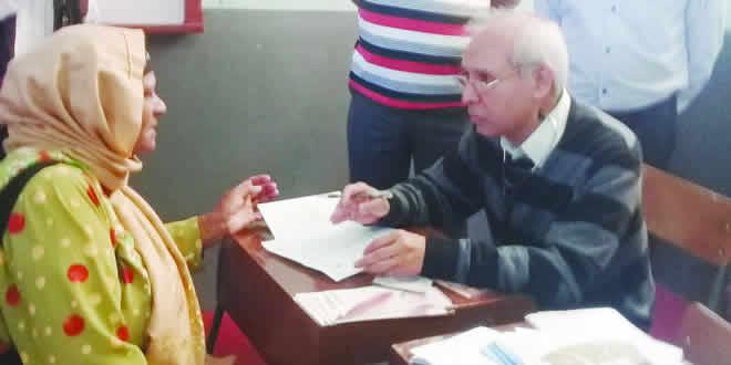 Le Dr Anwar Husnoo participant à l'exercice de check-up... en compagnie de Raffique Santally