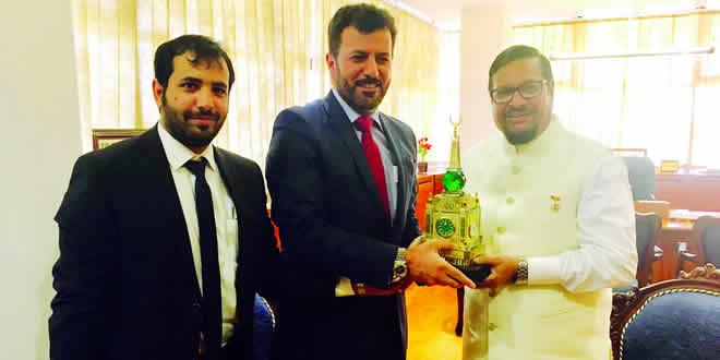 Le ministre Showkutally Soodhun en compagnie des deux officiers saoudiens, Mohammed Ali Alahani et Abdulaziz Alrgab
