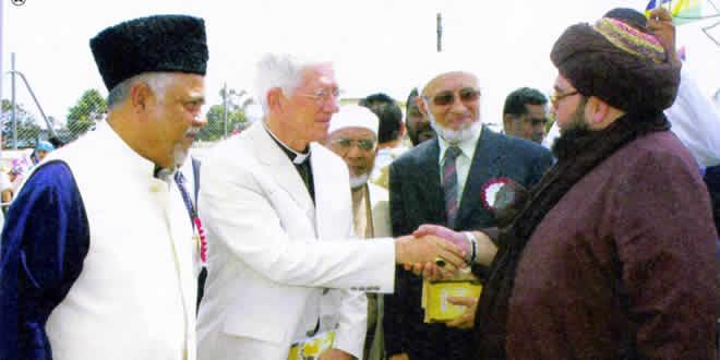 Raouf présente Mgr Maurice Piat, êveque de Port-Louis, au Maulana Anas Siddiqui lors du célébration du Yaum un Nabi en 2005