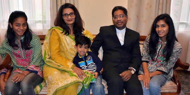 Le Dr Moussa en compagnie de son épouse et ses enfants