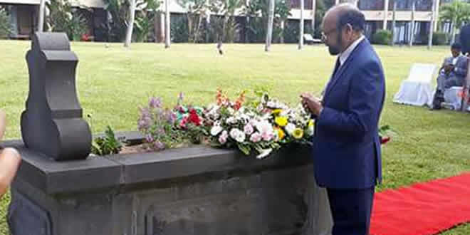 Assad Bhuglah recueillant sur la tombe d'Idrice Goumany