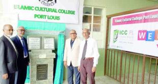 À gauche : MM. Cader Cassim (ancien recteur du collège) et Abdool Abdouramane, actuel recteur À droite :  M. Rashid Baganee, recteur du collège Islamic de Vallée-des-Prêtres, et M. Bashir Taleb, directeur du collège Islamic de  Vallée-des-Prêtres